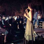 Linda Gennari presenta al pubblico il primo episodio de Le Notti Bianche